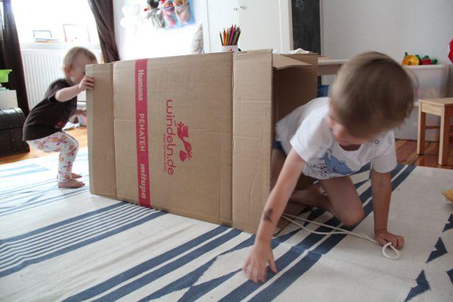 Das neue Spielzeug Nummer 1: Der große Karton der Windellieferung