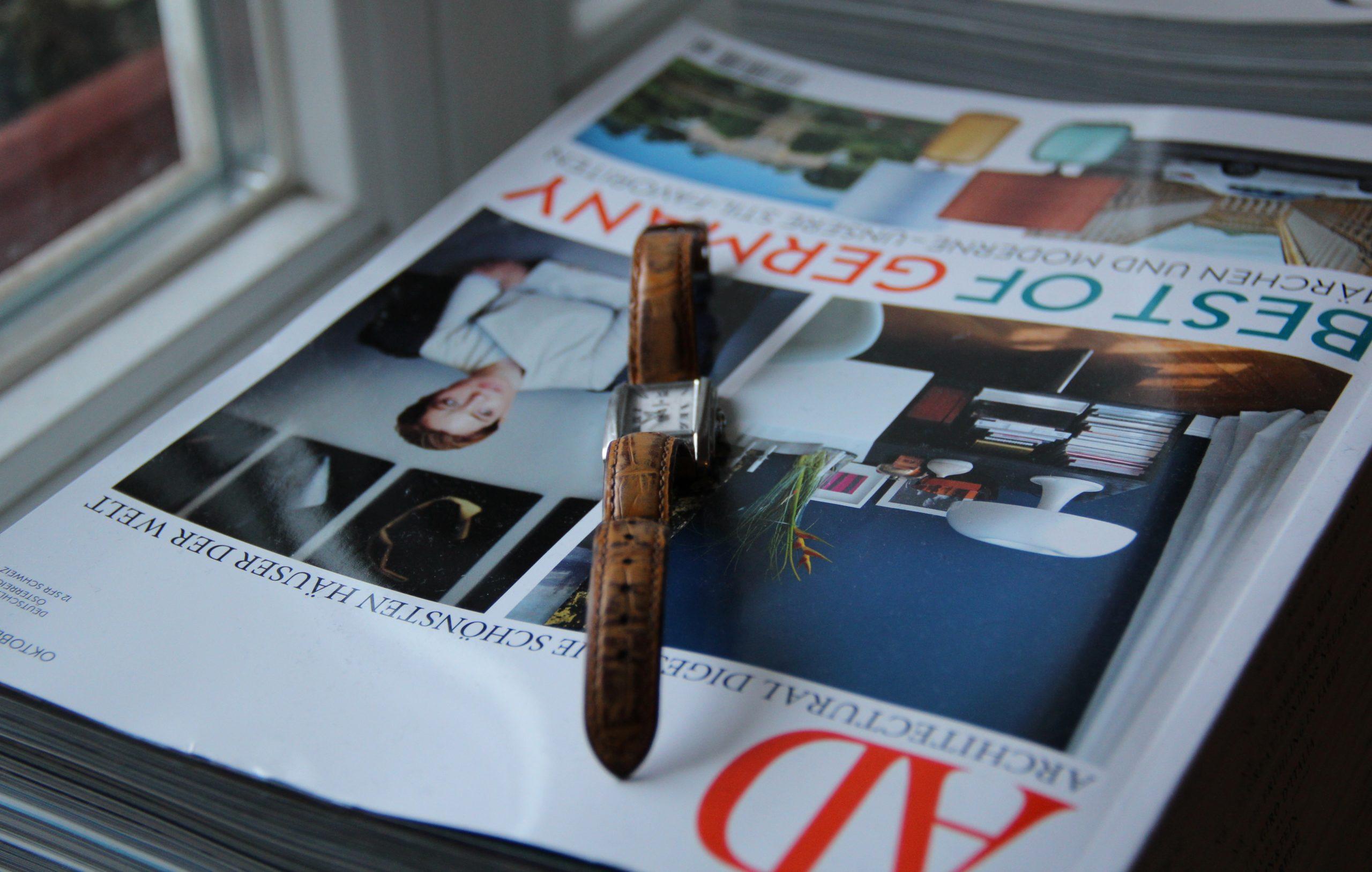 Stillleben mit klassischer Festina Damenuhr: Fundort diesmal auf dem Fensterbrett einen Zeitschriftenstapel zierend