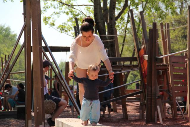Erwischt auf dem Spielplatz: Übermama Sophie hilft Kind 2.0 beim Balancieren!