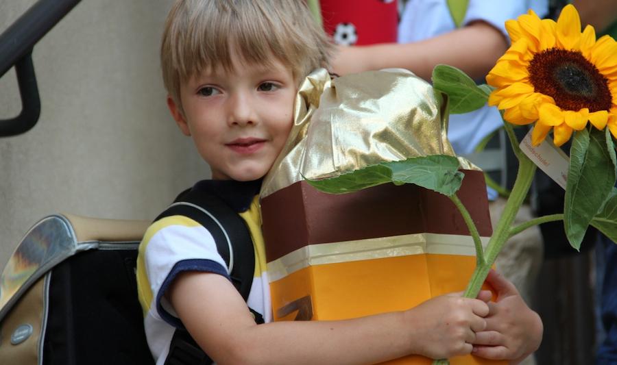 Kind 1.0 mit seiner Bleistift-Schultüte
