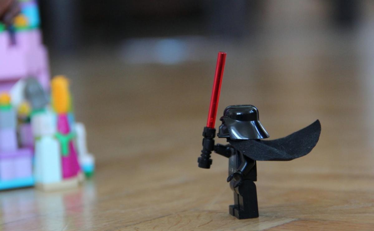 Rollenspiele mit Lego Steinen: Darth Vader fühlt sich verfolgt.