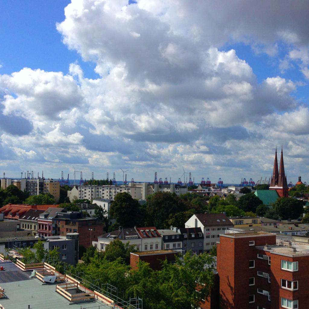 Unterwegs mit Baby in Hamburg Altona: Der Blick vom IKEA Parkdeck auf Hamburg