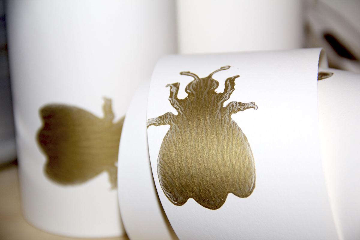 Schrank Tapezieren: Weiße Tapete Mit Goldenen Hummeln Von Farrow U0026 Ball