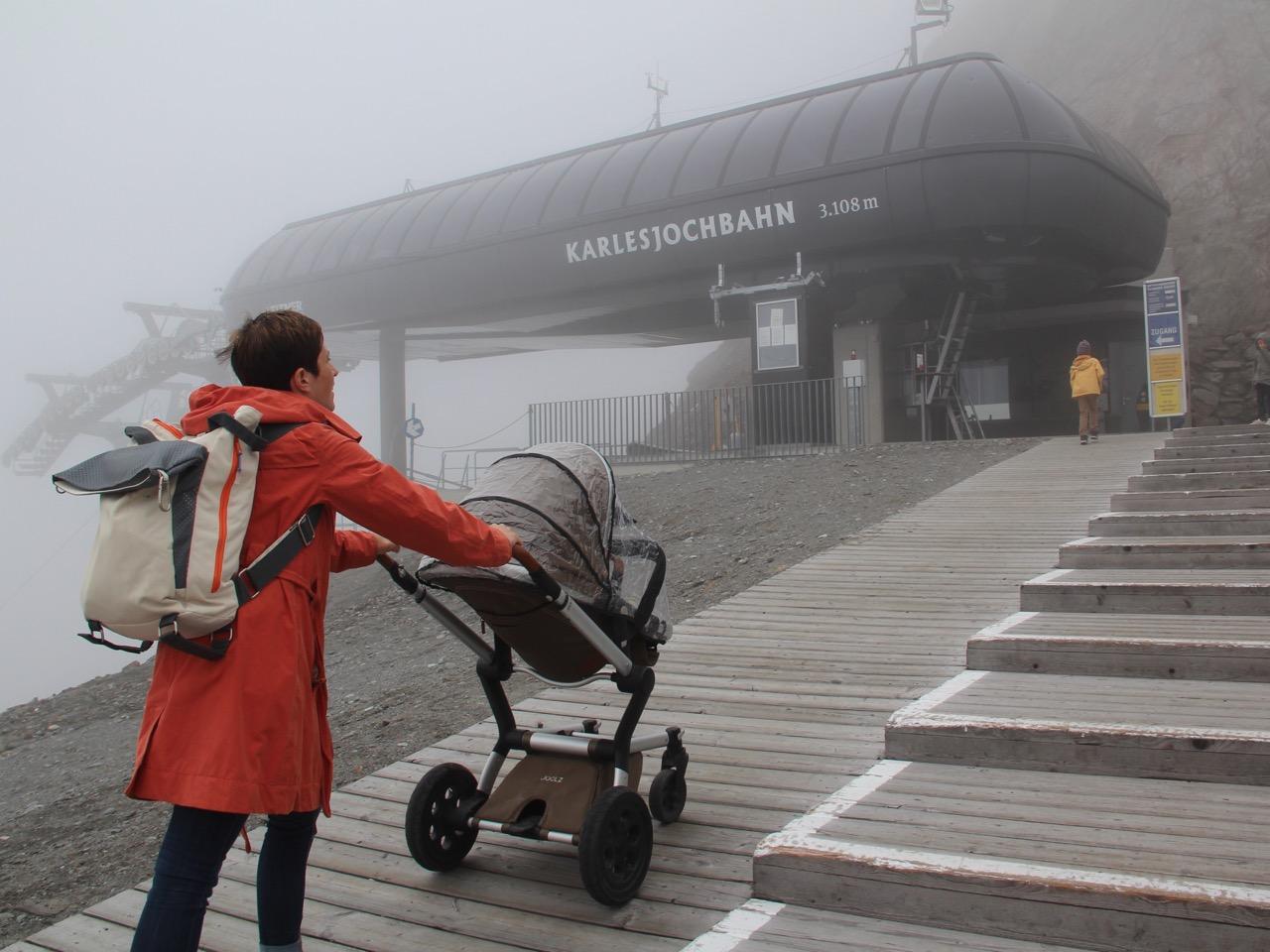 Tirol barrierefrei: Mit dem Kinderwagen bis auf den Gletscher. Die Karlesjochbahn bringt einen bis zum Dreiländerblick. www.berlinfreckles.de