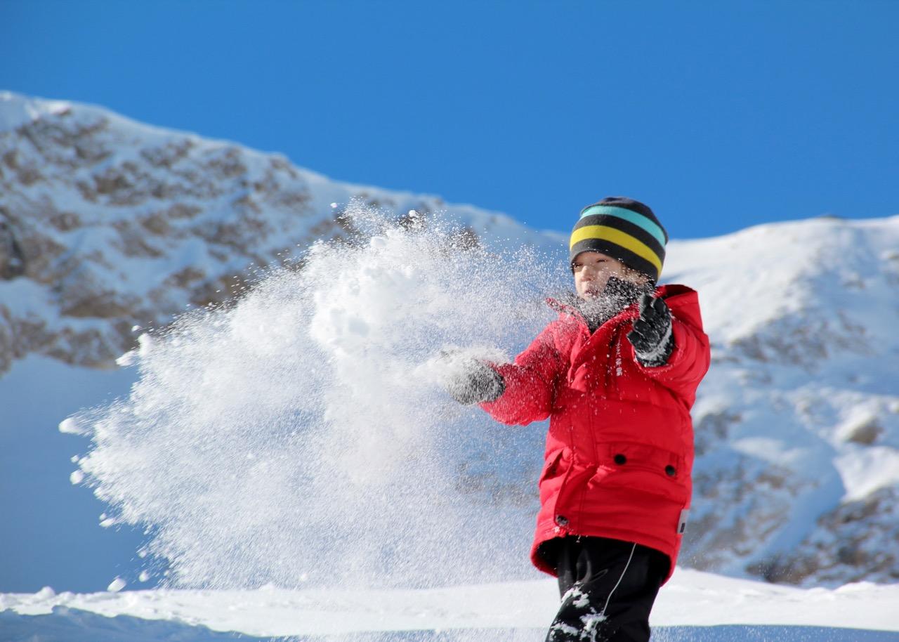 Vorsicht, Schnee reflektiert das Licht sehr stark. Manchmal droht am Abend Kopfweh. Kopfschmerzen bei Kindern: Was hilft auf Reisen?