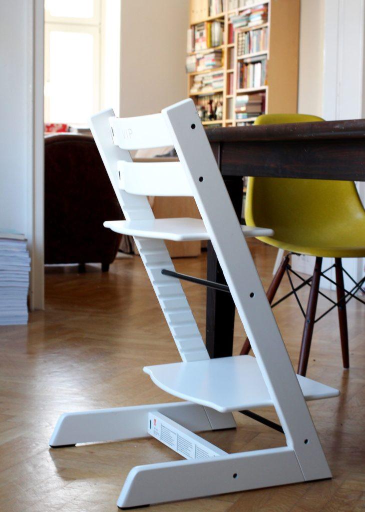 Der Tripp Trapp Hochstuhl von Stokke in Weiß. Eine Inspiration fürs Wohnen mit Kindern von www ...