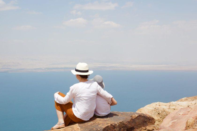 Das Tote Meer. Vom Dead Sea Panoramic Complex hat man einen fantastischen Blick. Jordanien: Highlights und Impressionen von einer Rundreise mit Schulkind. Mehr dazu auf www.berlinfreckles.de