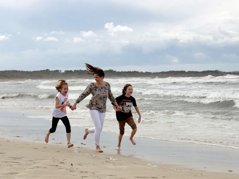 """Am Strand """"Playa Es Trenc"""" auf Mallorca: Es ist stürmisch, aber wir haben Spaß"""